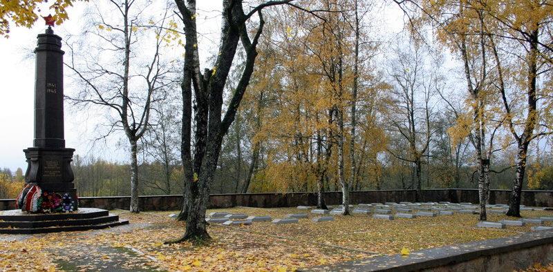 г. Кингисепп. Памятник на братской могиле Эстонского воинского кладбища, где похоронено 85 человек, в т.ч. 2 неизвестных