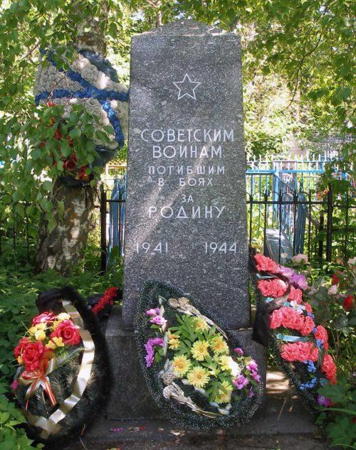 с. Шум, Кировского р-на. Памятник на воинском кладбище, установлен у братских могил, в которых похоронено 540 советских воинов.