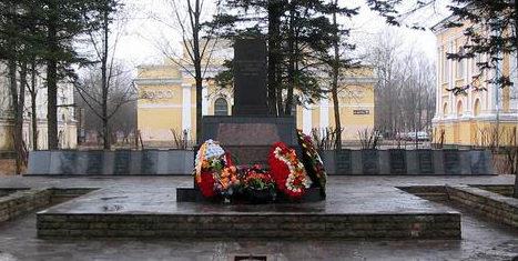 г. Кингисепп. Памятник, установлен на братской могиле, в которой похоронено 82 советских воинов, в т.ч. 16 неизвестных.