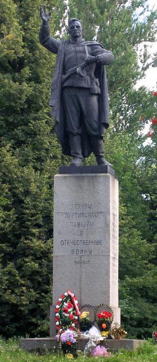 г. Кингисепп. Памятник, установлен на братской могиле, в которой похоронено 78 советских воинов, в т.ч. 48 неизвестных.