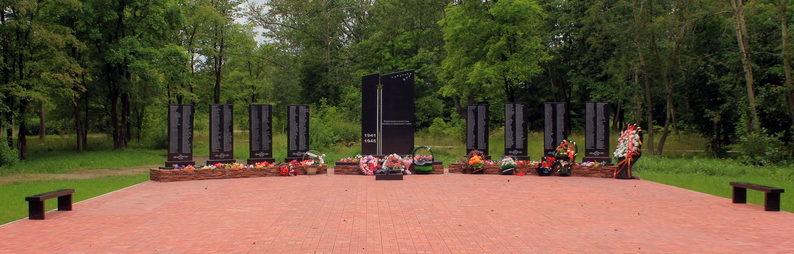 г. Сясьстрой Волховского р-на. Памятник погибшим землякам. На мемориальных досках увековечено имена 576 человек.