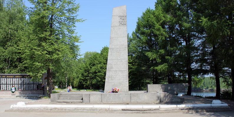 г. Лодейное Поле. Памятник воинам Карельского фронта у входа на Гвардейское кладбище.