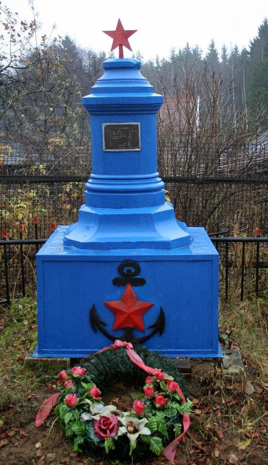 ст. Пятый километр Всеволожского р-на. Памятник на братской могиле, в которой похоронено 8 советских воинов и моряков.