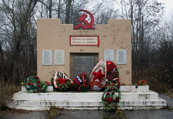п. Рахья Всеволожского р-на. Памятник погибшим землякам был установлен в 2010 году. На мемориальных доска увековечено имена 66 человек.