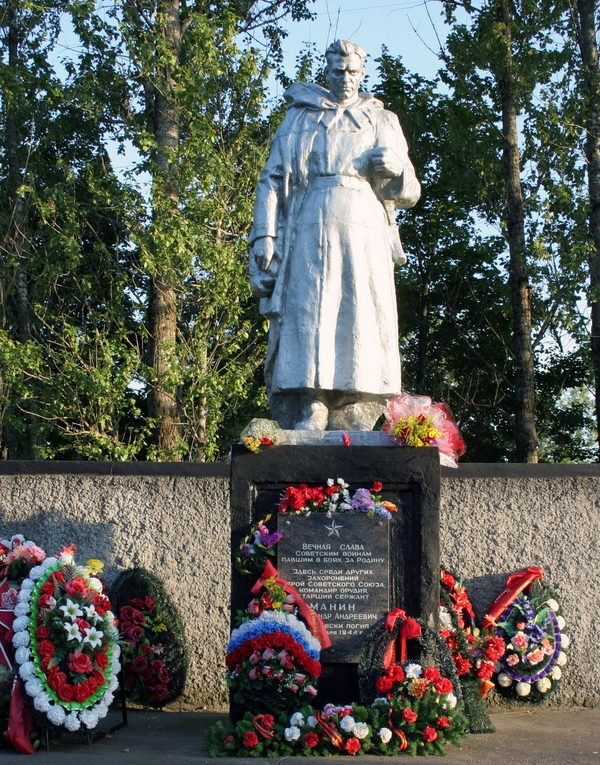 п. Войсковицы Гатчинского р-на. Памятник, установленный на братской могиле, в которой похоронено 140 советских воинов, в т.ч. и Герой Советского Союза А.А.Манин.
