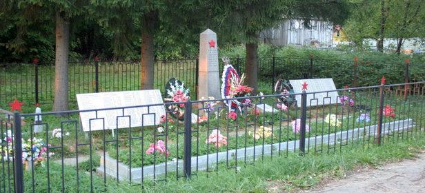 д. Вохоново Гатчинского р-на. Памятник, установленный на братской могиле, в которой похоронено 357 советских воинов, в т.ч. 85 неизвестных. Здесь же похоронен Герой Советского Союза Валеев А.Х.