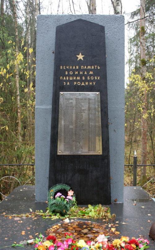 д. Резвых Всеволожского р-на. Памятник, установленный на братской могиле, в которой захоронено 43 советских воина.