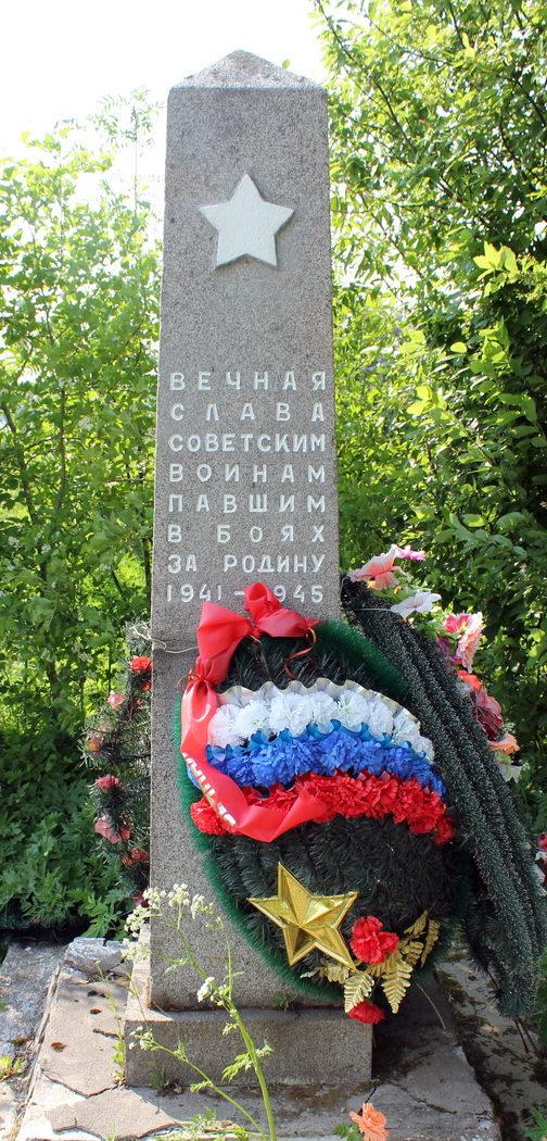 д. Печеницы Лодейнопольского р-на. Памятник, установленный на братской могиле, в которой захоронено 197 советских воинов, в т.ч. 36 неизвестных.
