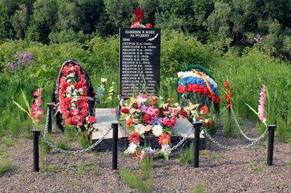 д. Пойкимо Лодейнопольского р-на. Памятник погибшим землякам, на котором увековечено 18 человек.