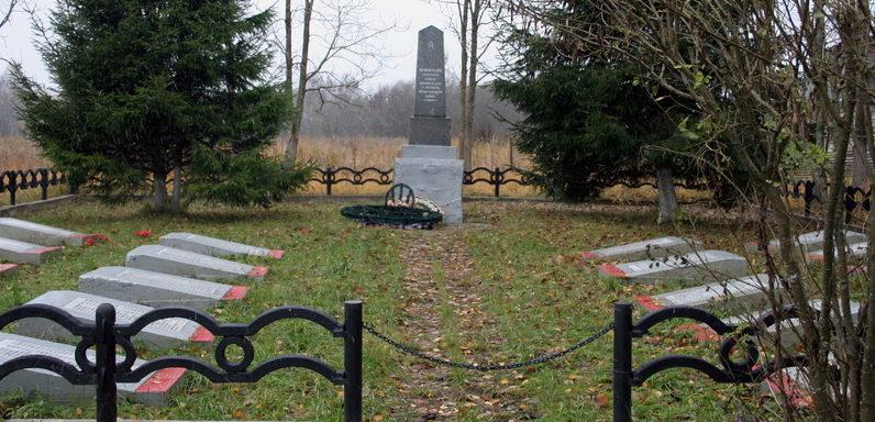 д. Комаровка Кингисеппского р-на. Памятник на братской могиле, в которой похоронен 566 советских воинов.