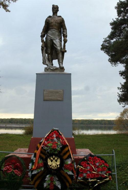 п. Свирьстрой Лодейнопольского р-на. Памятник, установленный на братской могиле, в которой захоронено 719 советских воинов, в т.ч. 25 неизвестных.