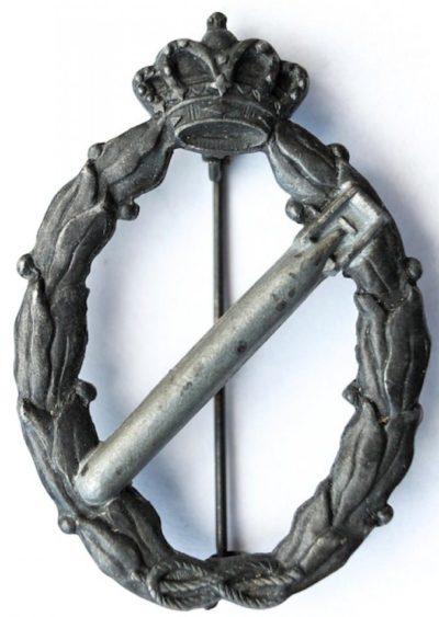 Аверс и реверс знака торпедоносец в серебре. Королевство.