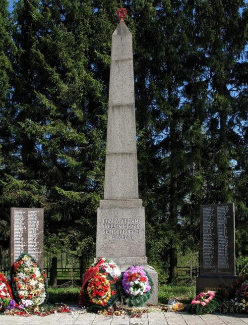 г. Сертолово Всеволожского р-на. Памятник у братских могил, в которых похоронено более 2 тысяч советских воинов, защитников Карельского укрепрайона и умерших в военных госпиталях.