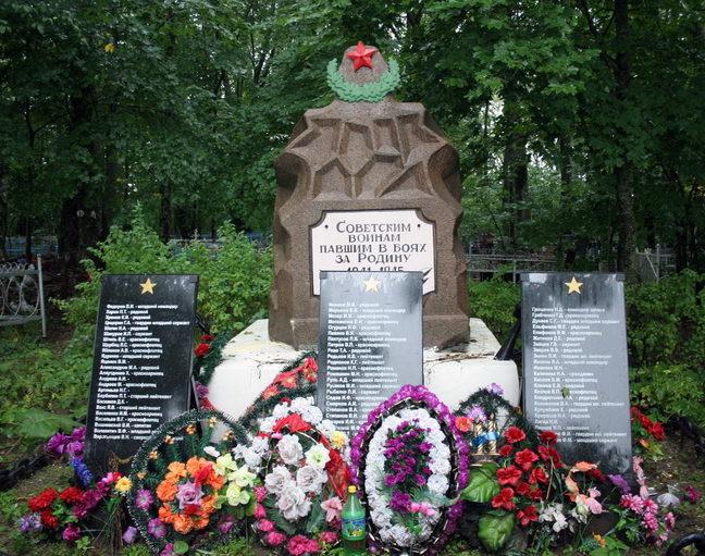 д. Котлы Кингисеппского р-на. Памятник, установлен на братской могиле, в которой похоронено 1072 советских воинов, в т.ч. 994 неизвестных.