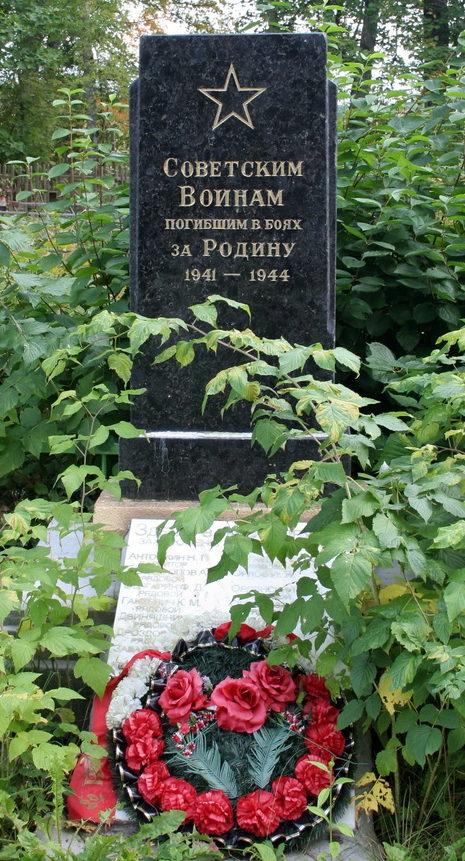 д. Котлы Кингисеппского р-на. Памятник, установлен на братской могиле, в которой похоронено 300 советских воинов, в т.ч. 271 неизвестный.