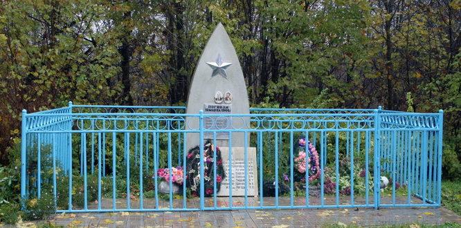 д. Кошкино Кингисеппского р-на. Памятник на братской могиле, в которой похоронено 42 советских воина.