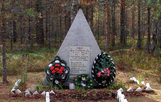 д. Крикково Кингисеппского р-на. Памятник на братской могиле партизан.