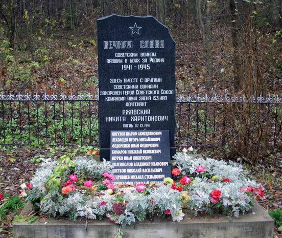 д. Суоранда Всеволожского р-на. Памятник, установленный на братской могиле, в которой похоронено 337 советских воина, в т.ч. и Герой Советского Союза Ржавский Н. Х.