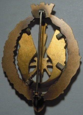 Аверс и реверс знака электромеханика в золоте. Республика.