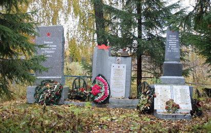 д. Куровицы Кингисеппского р-на. Памятник, установленный на братской могиле, в которой захоронено 150 советских воинов, в т.ч. 133 неизвестных.