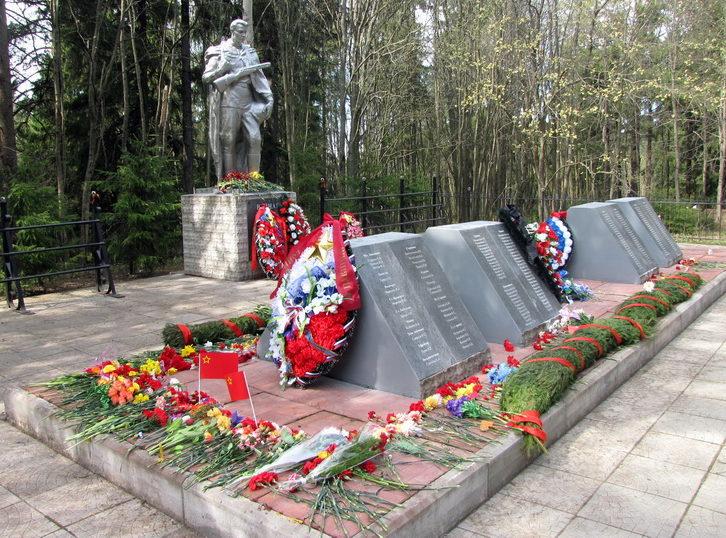 п. Токсово Всеволожского р-на. Памятник, установленный на братской могиле, в которой захоронено 830 советских воинов.