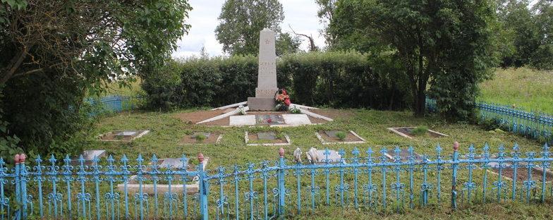 д. Лялицы Кингисеппского р-на. Памятник, установленный на братской могиле, в которой захоронено 219 советских воинов, в т.ч. 52 неизвестных.