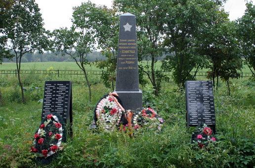 д. Мануйлово Кингисеппского р-на. Памятник, установленный на братской могиле, в которой захоронено 504 советских воина, в т.ч. 68 неизвестных.