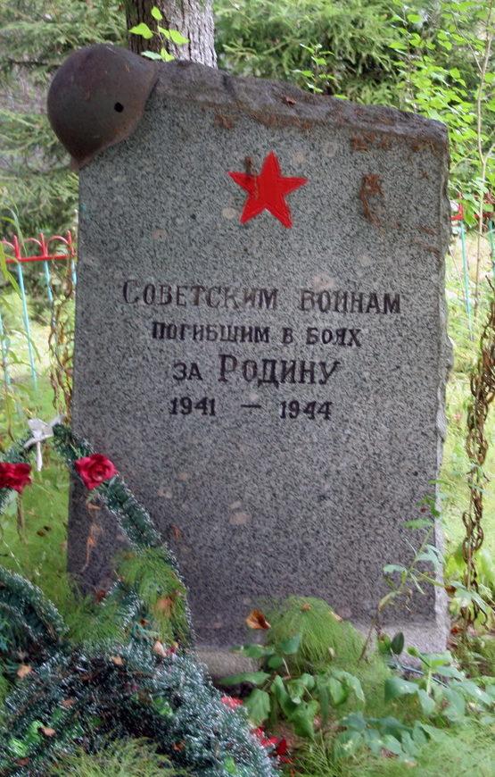 д. Монастырьки Кингисеппского р-на. Памятник, установленный на братской могиле, в которой захоронено 43 советских воина, в т.ч. 38 неизвестных.