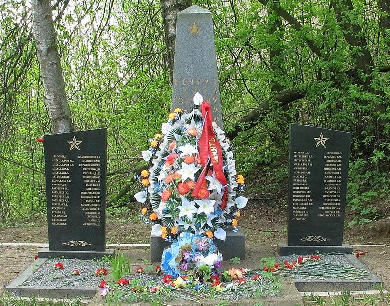д. Юкки Всеволожского р-на. Памятник, установленный на братской могиле, в которой похоронен 71 советский воин.
