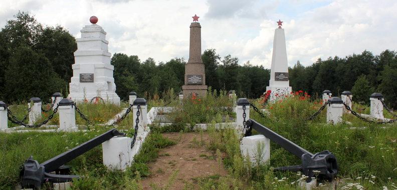 д. Новопятницкое Кингисеппского р-на. Мемориал, установлен у братских могил, в которых захоронено 114 советских воина, в т.ч. 6 неизвестных.