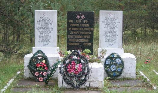 д. Поречье Кингисеппского р-на. Памятник погибшим слушателям и преподавателям бронетанковых курсов.