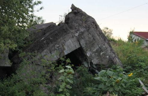 д. Сережино Кингисеппского р-на. Двухорудийный артиллерийский полукапонир был построен в 1938 году, оборудован входом типа «сквозник» и входил в Сальский батальонный район обороны.