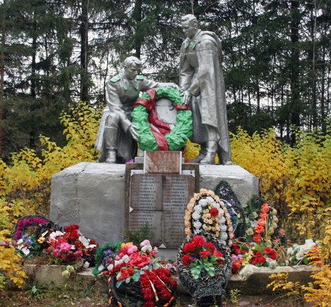 п. Усть-Луга Кингисеппского р-на. Памятник, установленный на братской могиле, в которой захоронено 45 советских воина, в т.ч. 4 неизвестных.