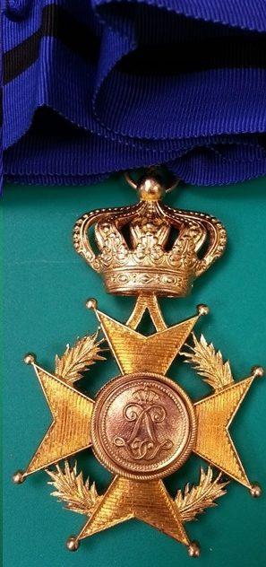 Аверс и реверс знака Командора Ордена Леопольда II на шейной ленте.