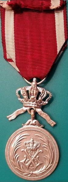 Аверс и реверс серебряной медали Ордена Короны.