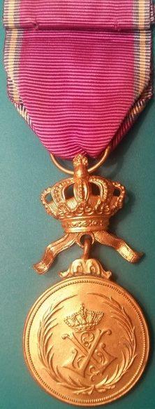 Аверс и реверс золотой медали Королевского ордена Льва.