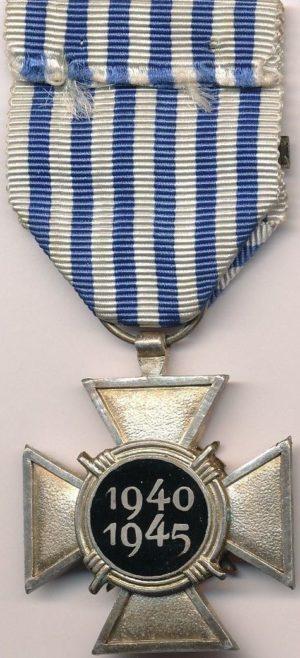 Аверс и реверс креста политических заключённых войны 1940-1945 с планкой.