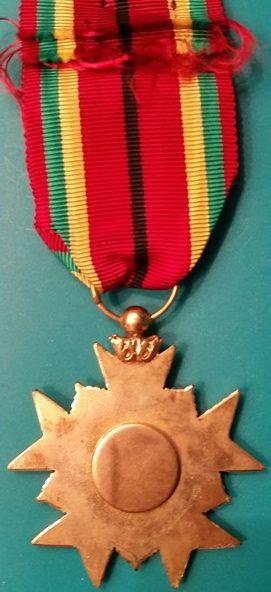 Аверс и реверс степени Офицера Ордена заслуг.