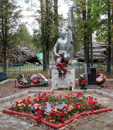 п. Березовик Тихвинского р-на. Памятник, установленный на братской могиле, в которой похоронено 174 советских воина, в т.ч. 74 неизвестных. Здесь же похоронен и Герой Советского Союза А. Г. Ястребов.