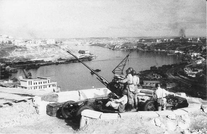 Зенитчики прикрывают небо города. Июль 1941 г.