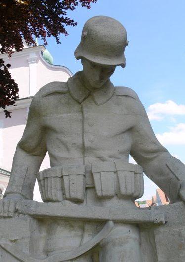 д. Айтрах. Мемориал у церкви, погибшим в обеих мировых войнах.