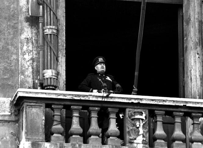 Муссолини объявляет о вступлении Италии в войну с балкона дворца Палаццо Венеция. 10 июня 1940 г.