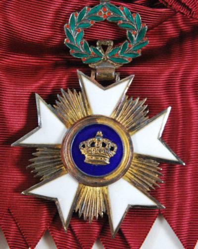 Знак Большого креста Ордена Короны на ленте-перевязи.