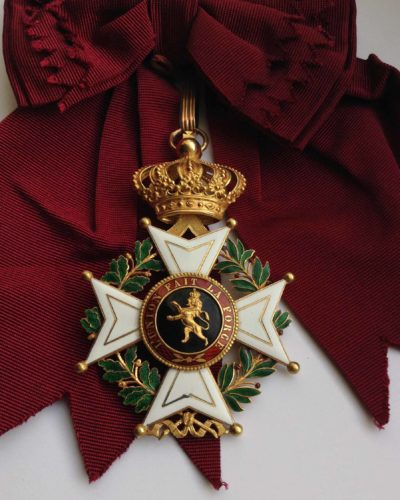 Знак Большого креста Ордена Леопольда I на ленте-перевязи.