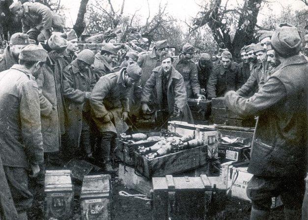 Греческие солдаты у захваченных итальянских трофеев. Весна 1941 г.