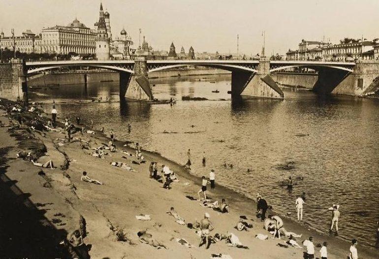 Нудистский пляж в Москве. 20-е годы.