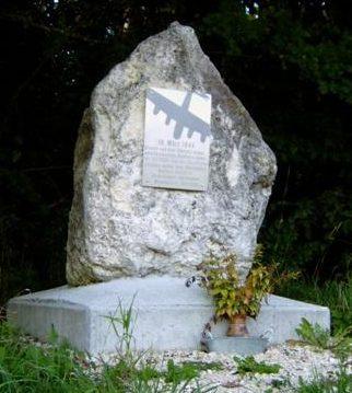Коммуна Бургштеттен, р-н Эрбштеттен. Памятник экипажу B-17G, который разбился в марте 1944 года.
