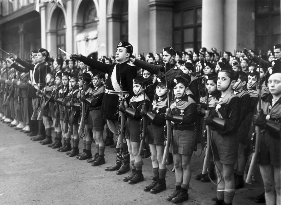 Бенито Муссолини на смотре юношеской организации «Балилла» в Риме. 1940 г.