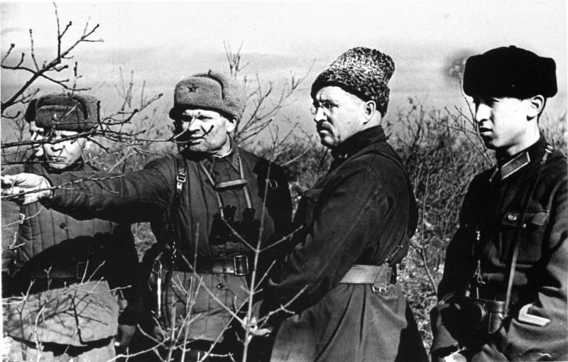Командующий Приморской армией генерал-майор И.Е. Петров (второй справа) на переднем крае одного из участков Севастопольского оборонительного района. Октябрь 1941 г.