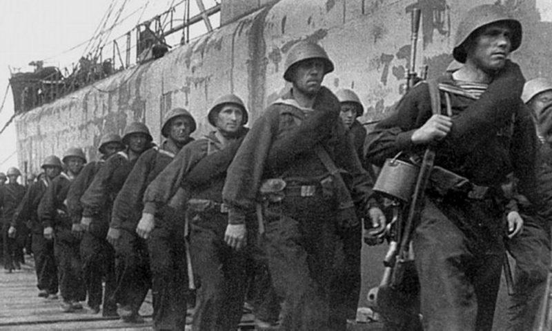 Моряки уходят на передовую. Декабрь 1941 г.